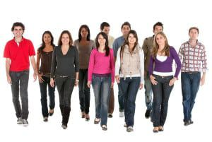 group-of-young-people-walking--13620563